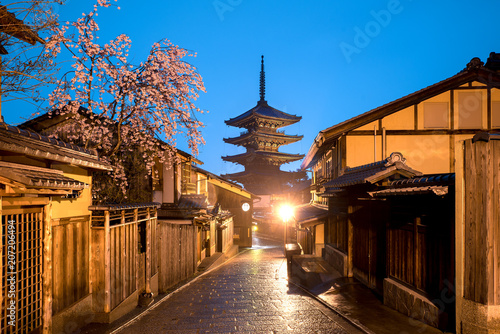 Photo sur Toile Kyoto Japanese pagoda and old house with cherry blossom in Kyoto at twilight.