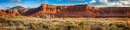 In de dag Natuur Park American Southwest Desert Landscape. Classic eroded Navaho sandstone bluffs and blue skies bring up an image of the old west. This is especially true here in Torrey, Utah, near Capitol Reef Park.