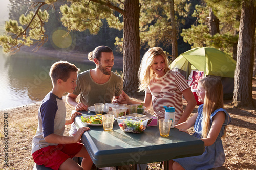 In de dag Kamperen Family Camping By Lake On Hiking Adventure In Forest