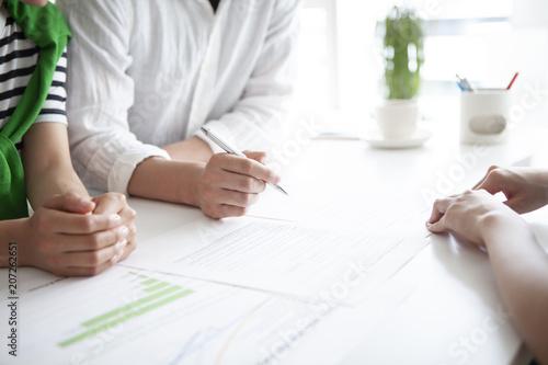 明るい将来を目指し契約書にサインする新婚夫婦