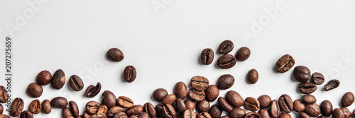 In de dag Koffiebonen Panorama with coffee scattered on a white background