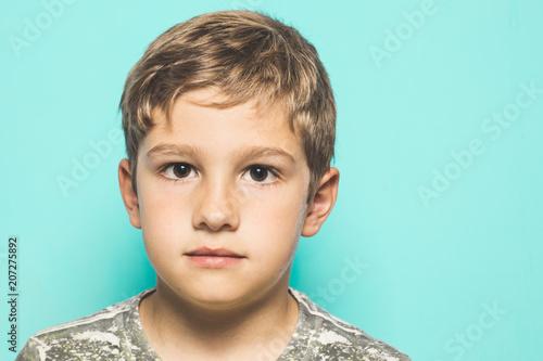 Láminas  Close-up of a child looking at a serious camera