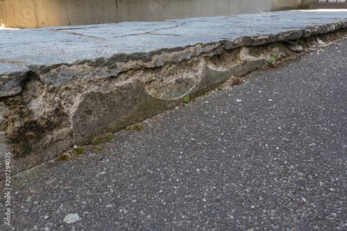 Valokuva  Risse im Gehsteig im Beton