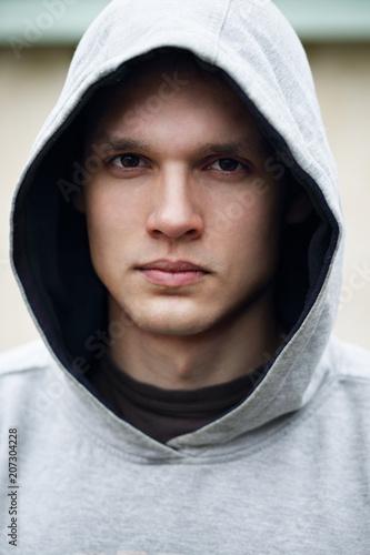 Fotografía  Portrait of a man in a hood