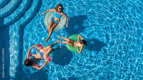 Photo  Aerial top view of family in swimming pool from above, happy mother and kids swi