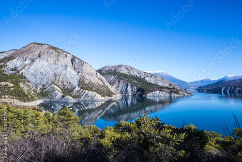 Foto op Aluminium Alpen Panoramic view of lake Lac de serre-poncon in French Alps on a clear day