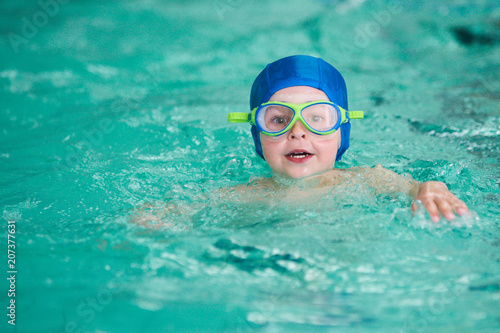 Fotografía  young swimmer in swimming pool