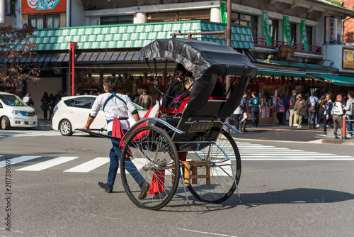 Valokuvatapetti TOKYO, JAPAN - OCTOBER 31, 2017: Rickshaw on the city street
