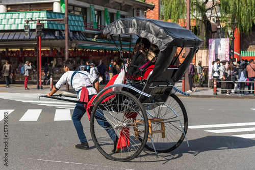 Obraz na plátne TOKYO, JAPAN - OCTOBER 31, 2017: Rickshaw on the city street