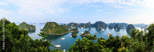 Photo  Panoramic view of Ha Long Bay islands, tourist boat and seascape, Ha Long, Vietnam