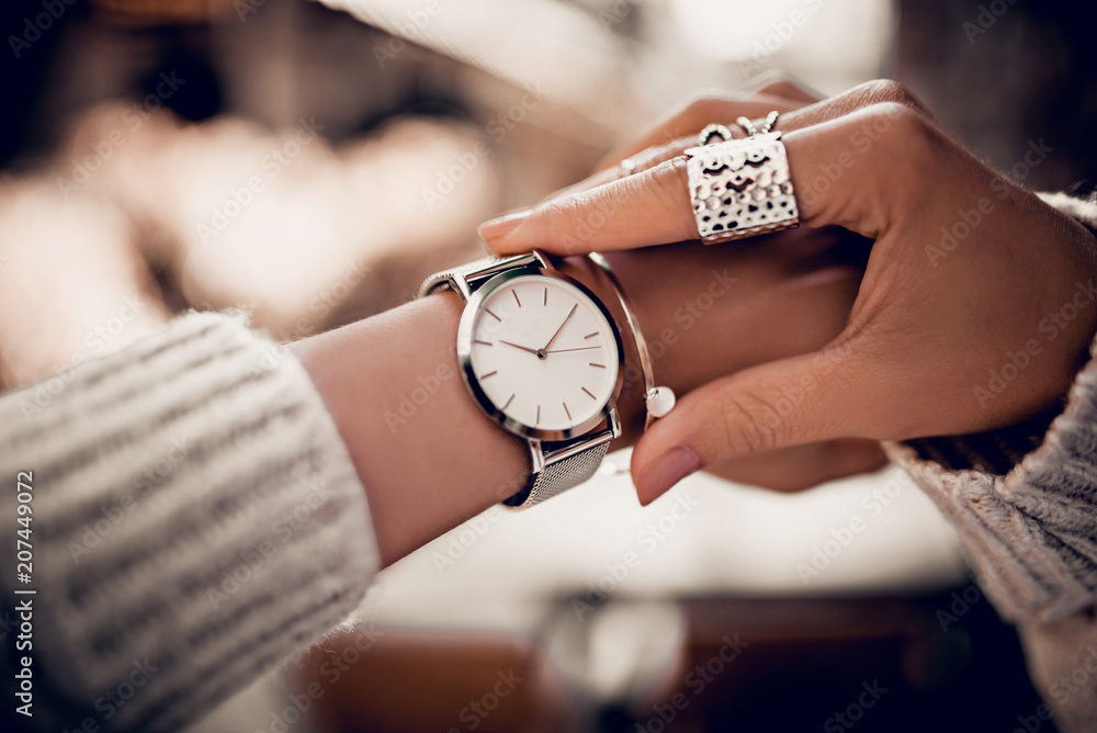 Fototapety, obrazy: Silver watch on woman hand