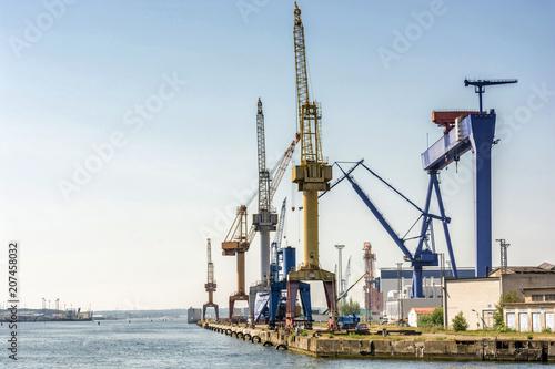 In de dag Poort Hafenanlage mit Kränen und Werft im Hafen von Rostock
