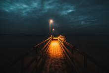 Bootssteg Am Chiemsee Zum Späten Abend In Der Blauen Stunde Erhellt Das Warme Licht Der Laternen Die Dunkelheit