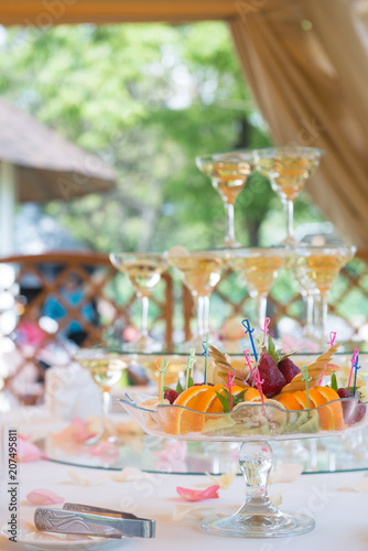 In de dag Buffet, Bar Festive table setting with fruit and wineglasses with champagne. Wedding decor.