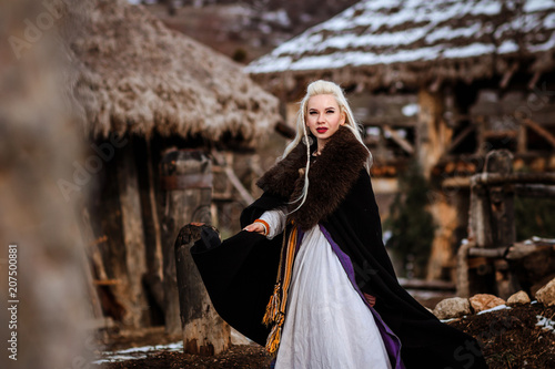 Photo  Beautiful young woman holding a viking with blond hair