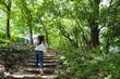 森の階段を上る女の子