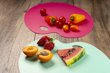 owoce i warzywa na deskach do krojenia