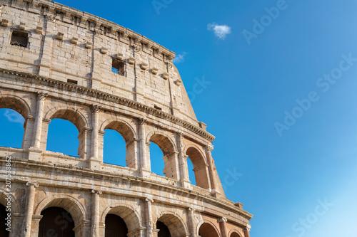 Zdjęcie XXL Koloseum w Rzymie, Włochy. Rzymskie Koloseum to jedna z głównych atrakcji turystycznych. Koloseum w słońcu.