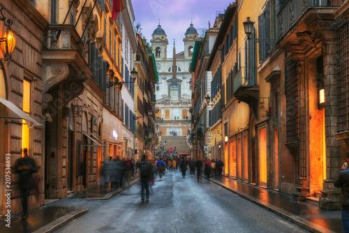 Zdjęcie XXL Wieczór widok starzy wygodni uliczni pobliscy hiszpańszczyzna kroki w Rzym, Włochy. Architektura i punkt orientacyjny Rzymu. Noc pejzaż Rzymu.