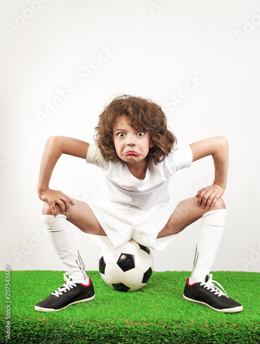 Fotografía  An angry football player is threatening his face