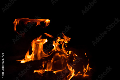 In de dag Vuur / Vlam Flames in the fire of a red and yellow barbecue.