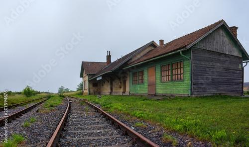 Fotobehang Treinstation Lost Places - Aufgelassener Bahnhof im Weinviertel