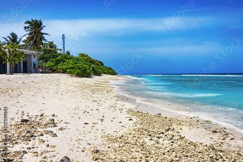 Foto op Plexiglas Tropical strand Tropical beach with white coral sand in Maldivian island
