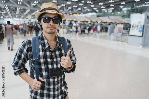 Photo Asian man bag pack tourist with camera in airport.