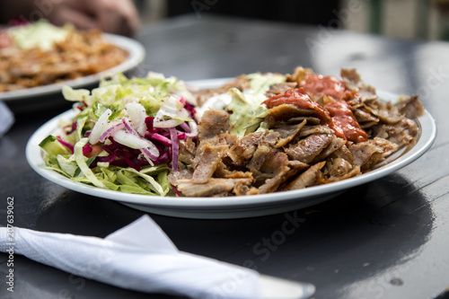 Fotografie, Obraz  Mann isst Kalbfleisch Dönerteller mit Salat und Sauce