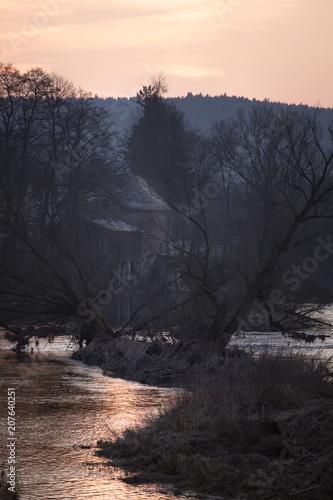 Keuken foto achterwand Grijze traf. dunkle Wassermühle am Fluß nach Sonnenuntergang