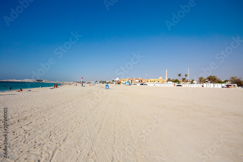 Fototapeta Panoramiczny widok na ładną plażę Jumeirah w słynnym turystycznym Dubaju,
