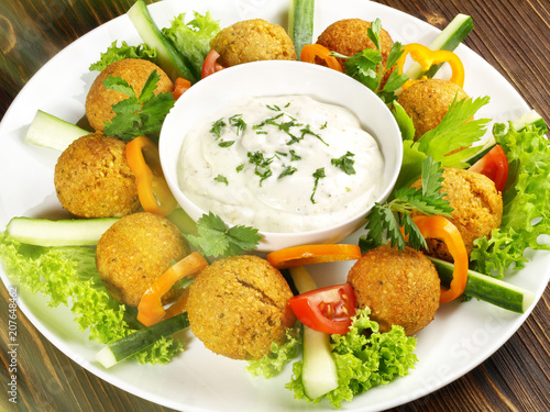 Foto op Aluminium Buffet, Bar Falafel mit Joghurt-Dip