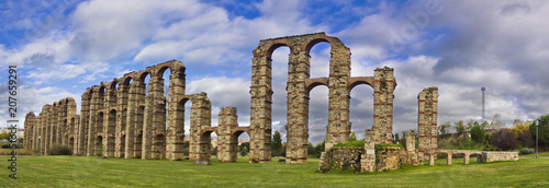 Photo Old roman aqueduct in Merida, Badajoz, Spain, the old capital from the Roman Emp
