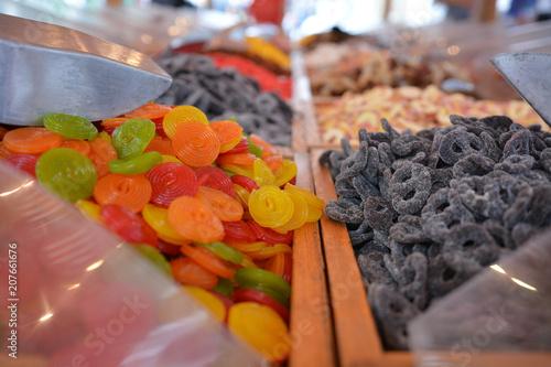 Foto op Aluminium Snoepjes Auswahl an unterschiedlichen Süßigkeiten an einem Marktstand