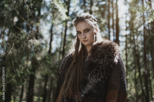 Photo  Viking woman wearing traditional warrior clothes in a deep mysterious forest