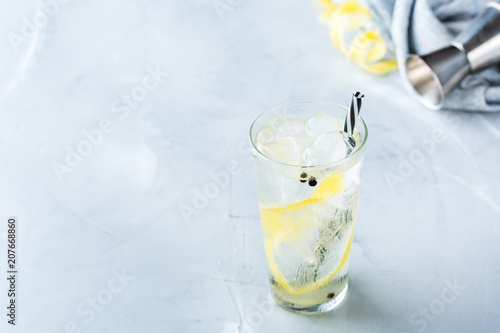 Fotobehang Cocktail Gin and tonic alcohol cocktail drink with ice in glass