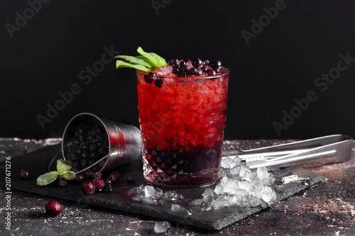 лимонад из черной смородины  кубиками льда и мятой