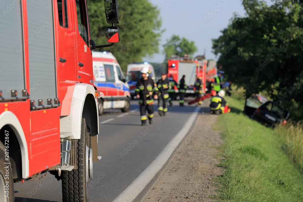 Fototapeta Wypadek drogowy, samochód w rowie, straż, pogotowie.