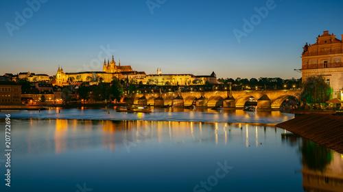 Obraz na PCV (fotoboard) Panorama widok świętego Vitus katedra z Praga miasta linią horyzontu przy nocą w Praga, republika czech