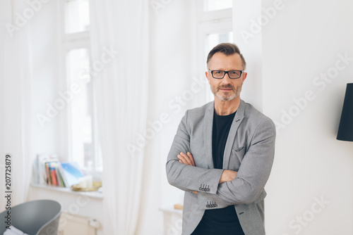 Fotografia  Professional man with arms folded in home scene