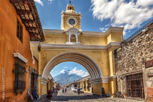 Photo Antigua Guatemala, Arco de Santa Catalina and Volcano Agua