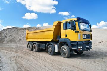 Ciężarówka transportuje piasek / materiały budowlane w żwirowni // Ciężarówka transportuje piasek do żwirowni - wydobycie żwiru w kopalni odkrywkowej