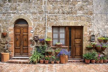Fototapeta na wymiar Tipica casa di Sovana, borgo medievale della Toscana