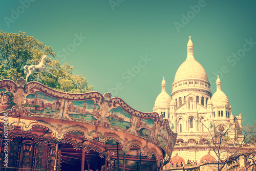 Photo  Vintage carousel and the Basilica of the Sacred Heart in Montmartre, Paris Franc