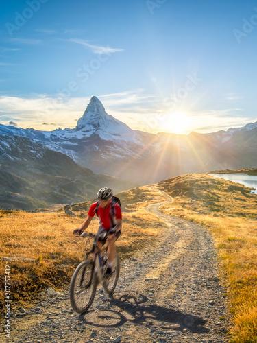 Ingelijste posters Fietsen Radfahren in der Schweiz bei Zermatt mit Matterhorn und Stellisee im Hintergrund