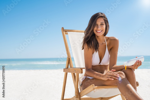 Papiers peints Individuel Woman applying sunscreen