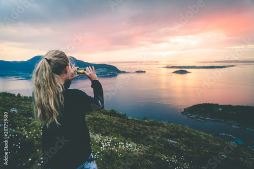 Foto  Tourist take a photo of beautful nordic landscape.