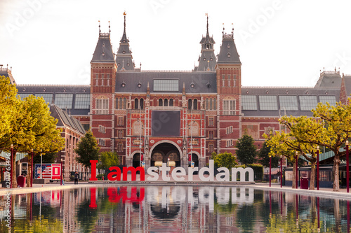 Photo  The sign i amsterdam in front of rijksmuseum in Amsterdam on sunrise