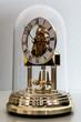 Orologio sotto cupola di vetro lato