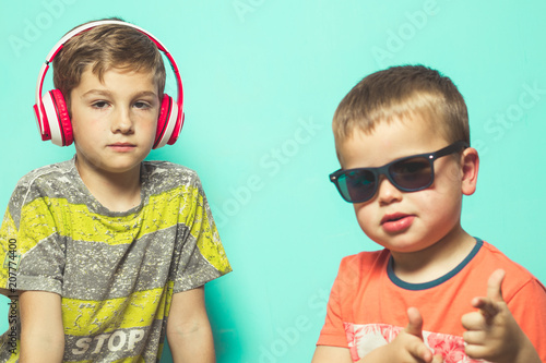 Papiers peints Magasin de musique Children with music helmets and sunglasses